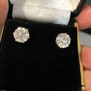 Gorgeous solitaire stud earrings stunning!